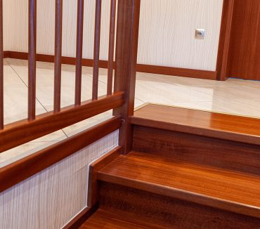 Holztreppe dunkles Holz