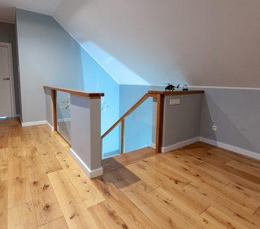 Holztreppe mit Seitenbeleuchtung