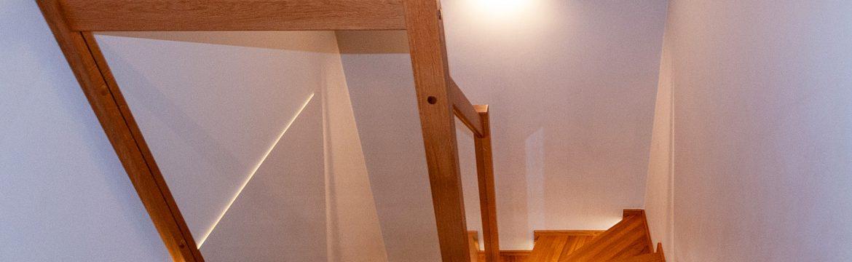 Holztreppe mit Stufenbeleuchtung